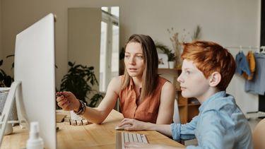 internetgebruik / moeder en kind achter computer