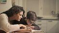 Moeder die haar kind met dyslexie helpt met zijn huiswerk