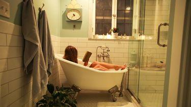 vrouw neemt tijd voor haarzelf in een bad