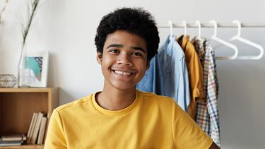 puberteit / puberjongen in geel shirt