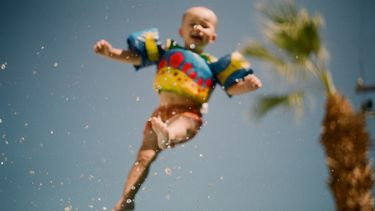 kind springt in de lucht