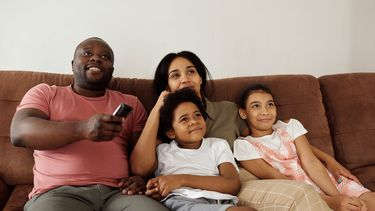 Familiefilms Netflix / Gezin op de bank