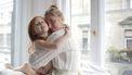 Overbezorgde moeder die met haar dochter knuffelt