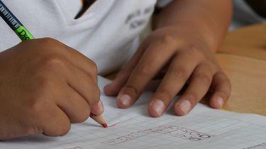 kind helpen met huiswerk