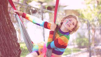 Een jongen die zich 'anders' voelt dan de rest met regenboogkleuren