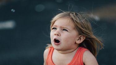Meisje met gedragsproblemen, die agressief schreeuwt