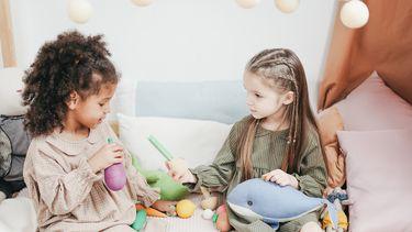 Twee meisjes die aan het spelen zijn in duurzame kleding