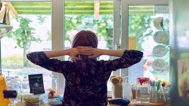 Moederschap: een vrouw ontspant even tijdens de huishoudelijke taken en dat is maar goed ook!