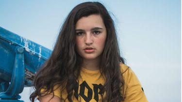 puberdochter / meisje staart in de camera tiener liegen
