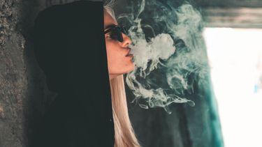 meisje roken drugs paddo's wiet