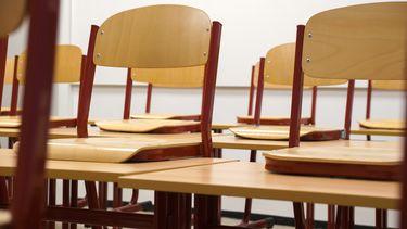 stoelen op tafels in een klaslokaal wanneer middelbare scholen later beginnen