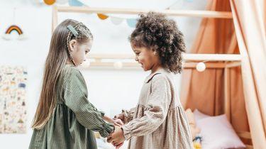 kinderen kleuren in anti-racisme kleurboek