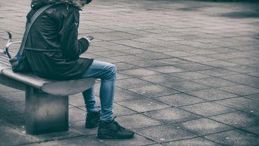 eenzaam kind op schoolplein