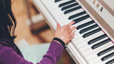 muziek maken / meisje speelt piano