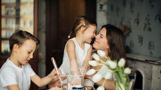 Ouderschapsverlof / moeder met zoon en dochter aan tafel