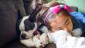 Meisje met hond op bank