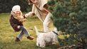 Moeder en dochter die in de natuur hun band aan het versterken zijn door de hond uit te laten
