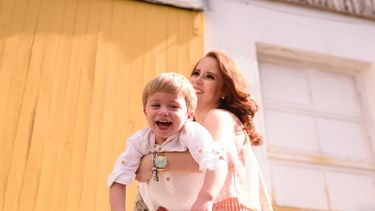druk kind in de armen van zijn moeder