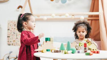 Twee meisjes die aan het spelen zijn in de kinderkamer met een Ikea-hack