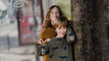 broers zussen gendergelijkheid / twee kinderen staan bij een boom