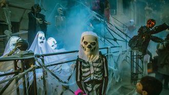 Jongetje in Halloween-outfit griezelen