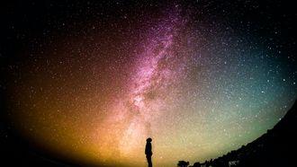 kind kijkt naar een lucht vol sterren