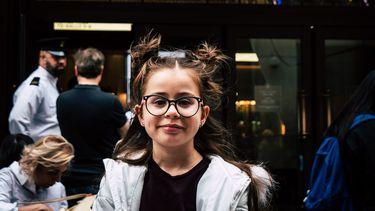 Kind dat moet wennen aan haar bril