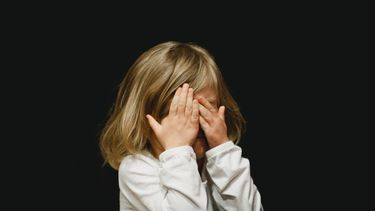 Nachtangsten kind / Kind met handen voor gezicht
