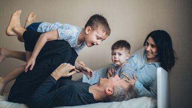 waarom het goed is kinderen te laten stoeien