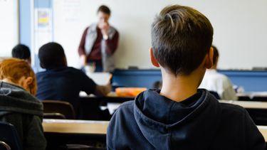buitenschoolse activiteiten / jongen in de schoolbanken