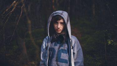 herfstdip prepuberteit / jongen kijkt in de camera