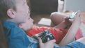 Twee kinderen met een game controller aan het gamen. Onderzoek naar mediagebruik en ADHD
