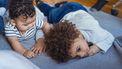 Laat je kind zich vervelen. Meisje kijkt peinzend
