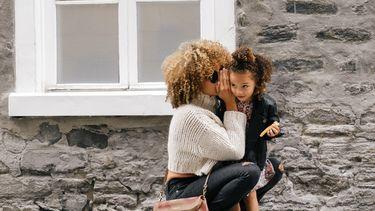 Moeder die haar dochter complimenteert voor meer zelfvertrouwen