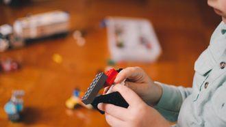 alleen spelen zelfstandig spelen kind alleen speelt