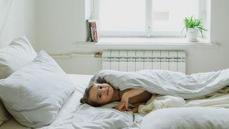 Kind in het bed van haar ouders omdat ze vroeg wakker is