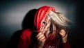 Een ADHD-puber die met haar capuchon op schreeuwt