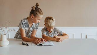 oudste kind / zus helpt broertje met lezen en schrijven