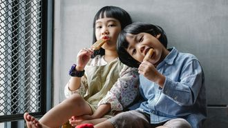 Eliminatiedieet / Jongen en meisje eten ijsje