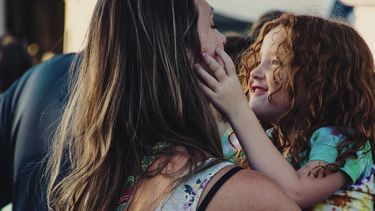Moeder die haar kind vragen stelt om haar nog beter te leren kennen