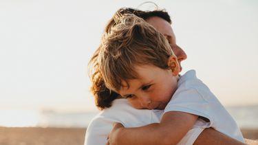 kind bij moeder in de armen