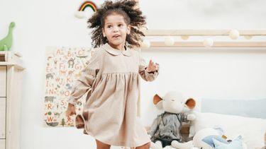 tiktok trends / meisje danst in haar kamer