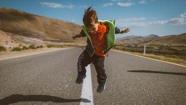 kind is blij en springt