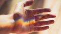 Wetenschappelijk proefje met een regenboog op een hand