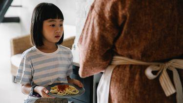 voeding en slapen / kind met bord spaghetti