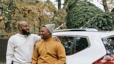 Homoseksueel / Vader slaat arm om zoon heen