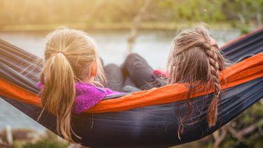 twee meisjes in een hangmat