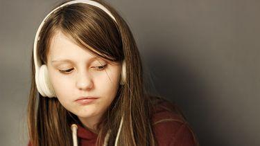 faalangst symptomen / meisje kijkt sip met koptelefoon op hoofd