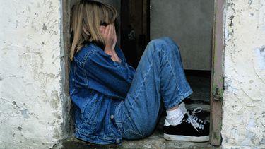 pesten / meisje verstopt zich en is verdrietig