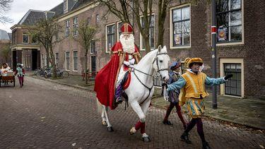 Sinterklaas op zijn paard met een Piet